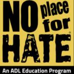 Gelbes Schild mit schwarzen Buchstaben mit der Aufschrift No Place for Hate An ADL Education Program